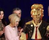 Publicaciones comparten una supuesta imagen de líderes evangélicos rezando alrededor de una estatua dorada de Trump (Twitter/@Mocraig13)