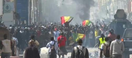 Sénégal: émeutes urbaines à Dakar. Crédit photo : yahoo.com