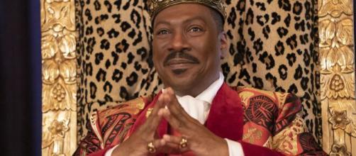 """Eddie Murphy, 60 anni ad aprile, in ottima forma nei panni di re Akeem di Zamunda nell'attesissimo sequel """"Il principe cerca figlio""""."""