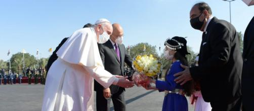 Papa Francisco sendo recepcionado por autoridades Iraquianas. (Arquivo Blasting News)
