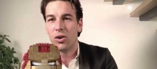 Mario Casas y el Premio Goya en versión Lego, regalo de su hermano. (Foto: RTVE)