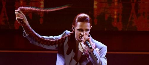Sanremo 2021, Achille Lauro ha chiuso la sua esperienza al Festival replicando in musica agli attacchi di politici e critici.