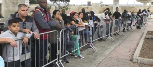 Thousands of asylum seekers cross US-Mexico border (Image source: BBC News/YouTube)