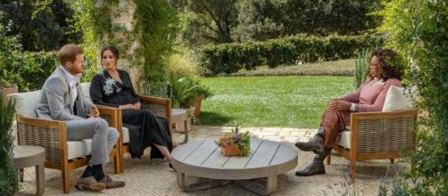 Imagen de la entrevista de Meghan Markle junto a su marido y bajo la atenta mirada de Oprah Winfrey (Twitter @amador_n)