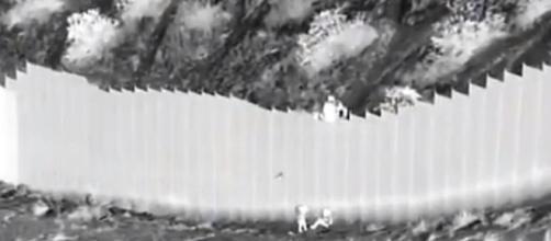 Imagen tomada por una cámara térmica de las niñas arrojadas por encima del muro fronterizo. (Fuente: Twitter: @USBPChiefEPT)