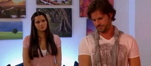 Alonso pede outra chance a Maria. (Reprodução/Televisa)
