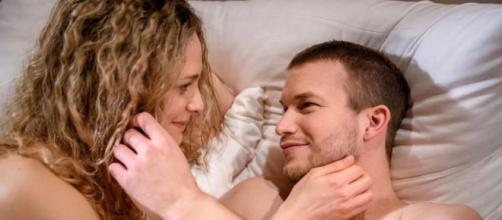 Tempesta d'amore, trame al 23 aprile: Franzi e Tim cedono alla passione.