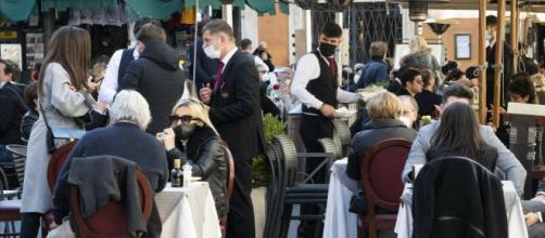 Approvata dalle Regioni una bozza per la riapertura di ristoranti, cinema e palestre.