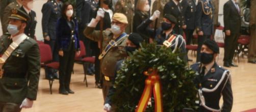 La corona de laurel en marcha al estrado como homenaje a los militares y civiles fallecidos por coronavirus (Foto Antonio Rodríguez Jiménez)