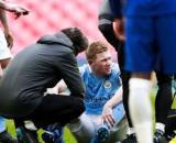 Kevin de Bruyne sort blessé à quelques jours du choc contre le PSG (Credit : Twitter de Sky Sports England)
