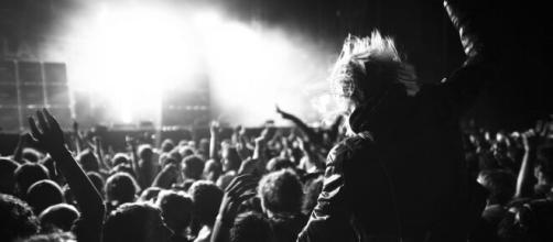 Il governo britannico testa il primo concerto senza mascherine dell'era Covid. Si farà a maggio e servirà da test.