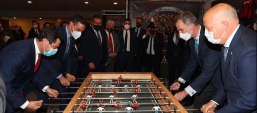 El rey Felipe VI y Pedro Sánchez jugaron junto al presidente de la Junta de Andalucía (Instagram @casarealesp)