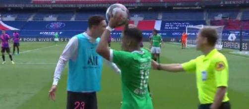 Julian Draxler s'est mis en colère contre l'arbitre de touche. (Capture d'écran Canal+ PSG-ASSE)