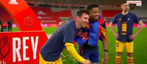 Leo Messi pose avec les jeunes de la Masia - Photo capture d'écran vidéo