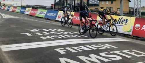 Van Aert vainqueur, la photo-finish montre le contraire (Credit : Twitter officiel Amstel Gold Race)