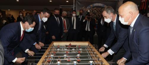 Don Felipe, Sánchez, Moreno e Imbroda juegan al futbolín (@CasaReal)