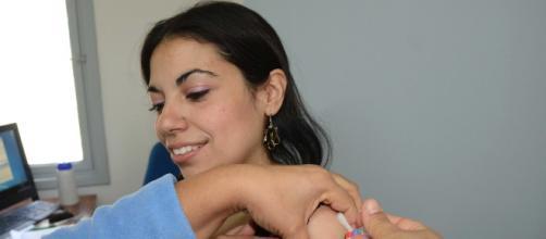 Imagen de una chica recibiendo una vacuna (Flickr)