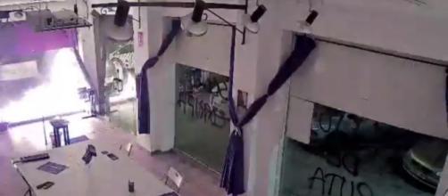 Las cámaras de seguridad captaron el ataque. (Fuente: Twitter: J_Sanchez_Serna)