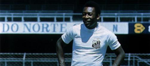 Pelé con la maglia del Santos nel 1963.