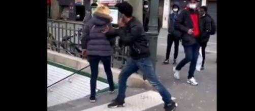 Vive altercation entre un homme et une femme devant les escaliers du métro - La vidéo fait le buzz (Source : Capture d'écran Instagram)