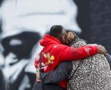 Due persone si stringono di fronte al murales dedicato a George Floyd.