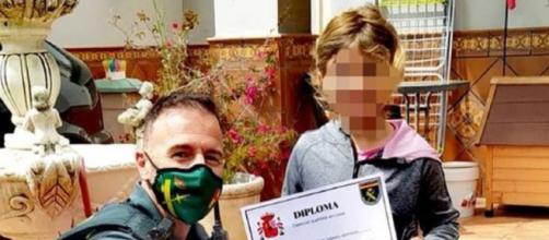 Alba, una niña de siete años, recibe un diploma por su comportamiento (@guardiacivil)