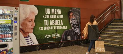 El cartel fue ubicado en la estación de la Puerta del Sol en el centro de Madrid (Instagram: @vox_es)