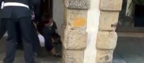 Padova, ragazzo contromano in bici non si ferma all'alt: fermato dai vigili con una stretta al collo.