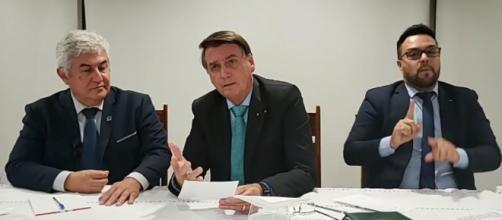 Bolsonaro conversa com o ministro Marcos Pontes durante live na última quinta (Reprodução/Facebook)