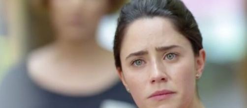 Ana entristecida em 'A Vida da Gente' (Reprodução/TV Globo)