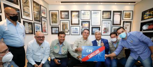 Em momento crítico da pandemia, Bolsonaro posa com placa 'CPF cancelado' (Alan Santos/Presidência da República)