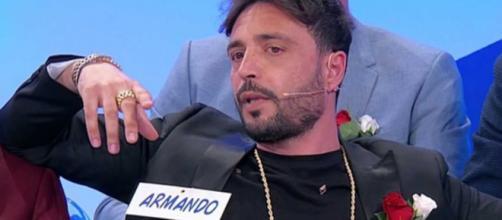Uomini e Donne, Armando assente in studio: starebbe recitando sul set di una serie tv.