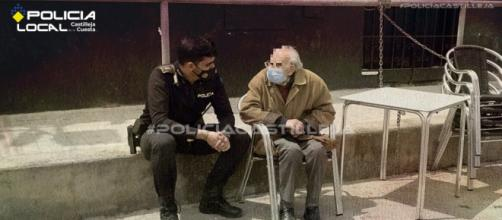 El anciano entabló conversación con el policía y le contó que no estaba seguro en donde se encontraba. (Fuente: Twitter @PoliciaLocalcc)