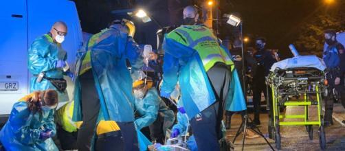 Los sanitarios atienden a uno de los heridos en Usera (EMERGENCIAS MADRID)