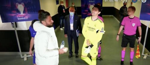 Giroud et Courtois à la mi-temps - Capture d'écran Youtube
