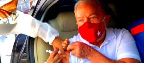 Ex-presidente Lula recebe a dose da vacina no drive thru (Foto: frame Facebook Lula)