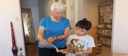 Retraités et orphelins au Canada s'aident à la lecture dans les maisons de retraite - Capture d'écran