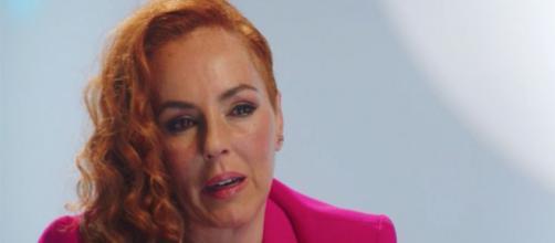 Rocío Carrasco en el documental sobre su vida sostiene que descubrió a su marido besándose con Sonsoles. (Captura de Pantalla Telecinco)