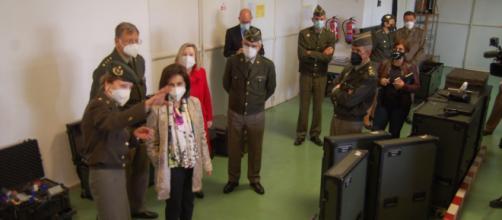 Una Tte. Coronel médico muestra a la ministra las capacidades del CEMILVET. (Foto Antonio Rodríguez Jiménez)