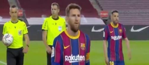 Leo Messi agacé par l'arbitre du match Barça / Valladolid. (capture)