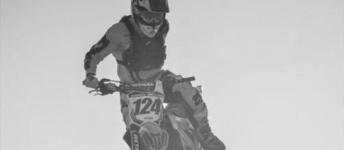 Argentina: pilota di motocross corre senza un braccio, muore in un incidente.