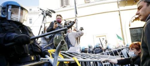 «Moriamo di crisi»: protesta e disordini davanti a Montecitorio.