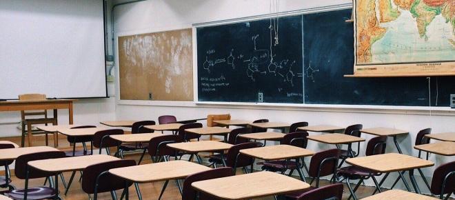 Polémique : une nouvelle loi supprimera les allocations familiales en cas d'absentéisme scolaire