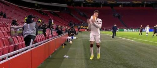 Ajax - Roma : Un ramasseur de balle lance un missile sur Calafiori (Credit : capture d'écran RMC Sport)