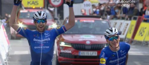 Josef Cerny e Mikkel Frolich Honoré al traguardo della quinta tappa del Giro dei Paesi Baschi.