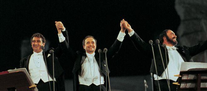 Ce n'est pas vrai : de Biden donnant aux migrants des bons de bus aux fils des Trois Ténors chantant