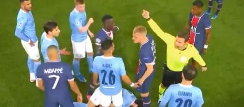 Bakker et Mahrez s'embrouillent pendant PSG vs Manchester City (crédit : capture d'écran RMC Sport).