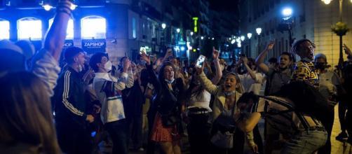 Jóvenes celebrando el fin del estado de alarma en Puerta del Sol, Madrid (Twitter: @policia)