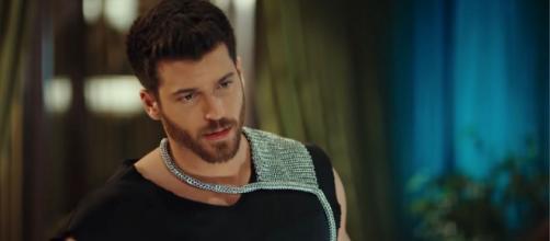 Mr Wrong spoiler turchi: Ezgi assiste alla proposta di nozze che Soner fa alla sua ragazza.