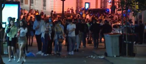 Muchos vecinos intentaron espantar a las personas reunidas arrojándoles agua desde los balcones.(Captura de pantalla de Telecinco)